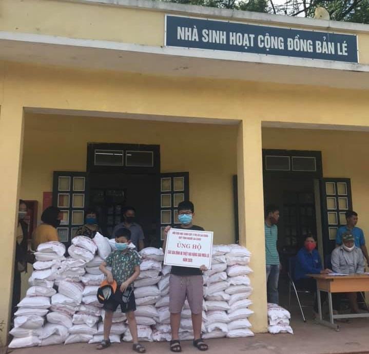 Gạo cứu trợ cho dân bản Lé, Nay Lưa, Mường Lay, Điện Biển vào ngày 30/4/2020.
