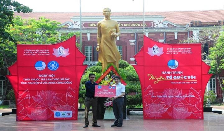Công ty VinaCare tặng 17.300 cơ số thuốc cho thường trực Hội Thầy Thuốc trẻ Việt Nam