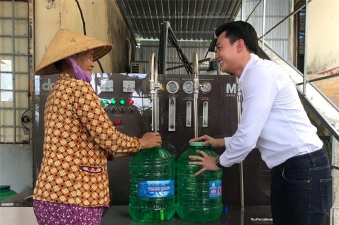 Sinh ra và lớn lên tại miền Tây nhưng đây là lần đầu tôi chứng kiến cảnh đau lòng như thế. Khi hệ thống máy lọc nước hoàn thiện, tôi nhẹ nhõm và vui sướng vì từ hôm nay bà con có nguồn nước sạch đạt chuẩn nước uống trực tiếp, Quốc Trường bày tỏ.