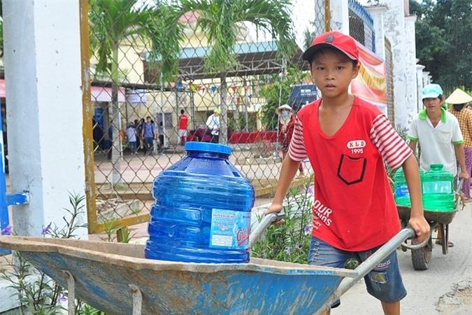 Mỗi hệ thống máy giá 320 triệu đồng,đặt tại trụ sở xã để người dân dễ dàng lấy nước, dưới sự quản lý của chính quyền địa phương.
