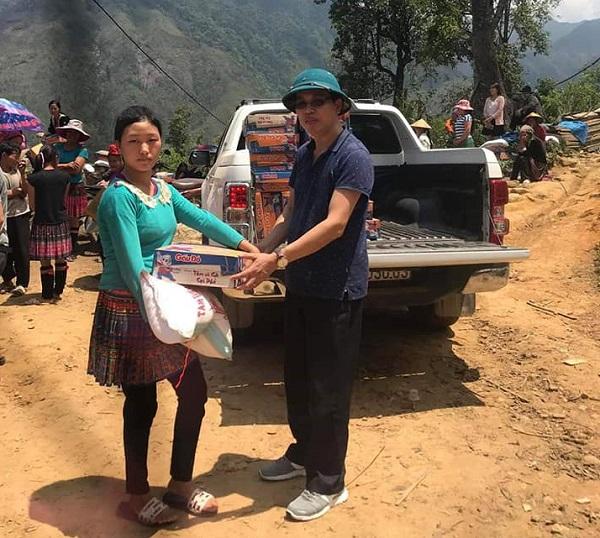 Phát gạo và mì tôm cho bà con Sin Suối Hồ, Phong Thổ, Lai Châu.