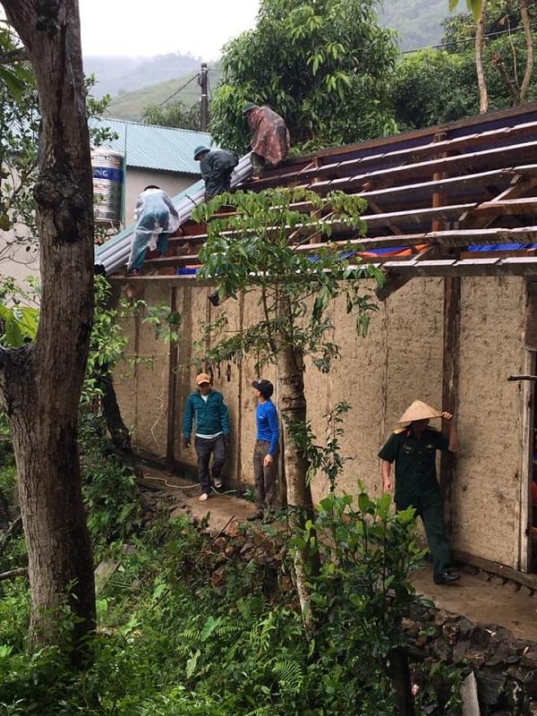Một hộ dân bị hỏng mái nhà do mưa đá ở xã Lay Nưa, Mường Lay.