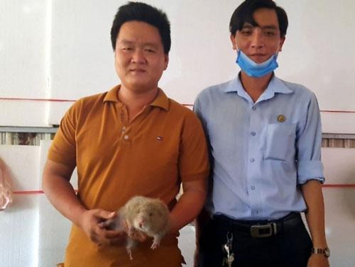 Khách hàng tìm đến trang trại anh Quang để mua dúi. Ảnh: Trần Trung.