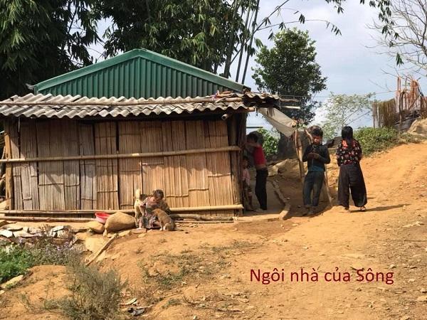 Căn nhà của 5 mẹ con, bà cháu Sùng Thị Sông ở bản Trung Ghênh, do chính quyền vận động dân bản làm giúp.