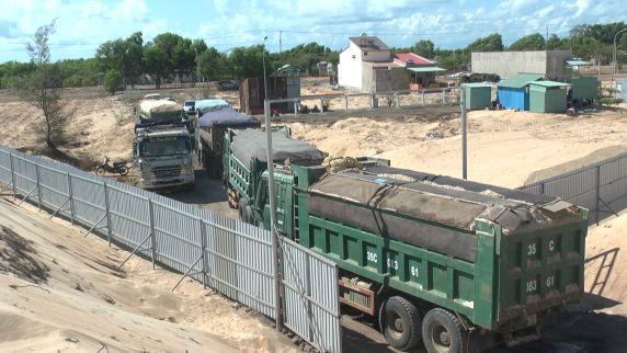 """Đoàn xe tải cỡ lớn chở đầy cát tại dự án Free Land đang """"xuất bến""""."""