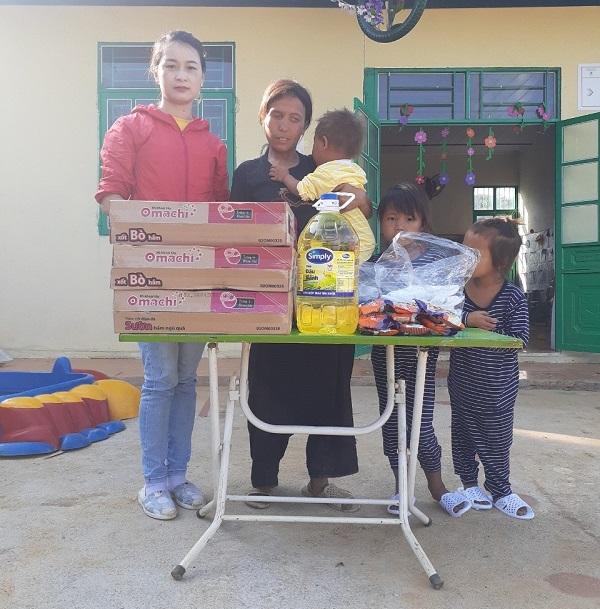 Những món quà đầu tiên của Nhóm vận động giúp đỡ mẹ con nhà Sông đã được cô giáo bản (áo đỏ) trao tận tay 4 mẹ con Sông hôm 5/5.