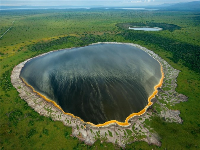 9 ho mieng nui lua dep nhat the gioi hinh anh 6 Crater_Lake_in_Albertine_Rift_Africa_remikable_adventures.jpg