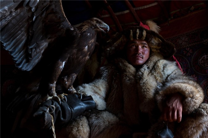 Cuoc song nhu phim cua nhung nguoi du muc cuoi cung o Mong Co hinh anh 6 Mongolia_photo_feature_Man_with_eagle_Photo_credit_Susan_Portnoy.jpg