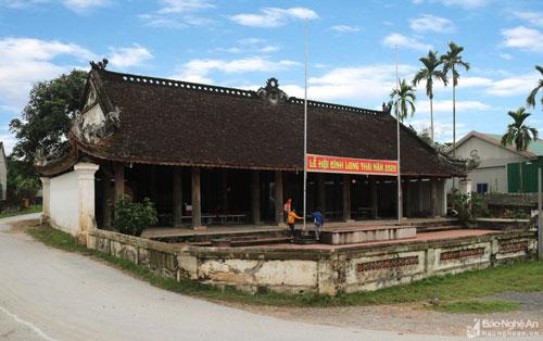 Đình Long Thái được xây dựng từ lâu đời và được làm lại vào năm 1842 để thờ thành hoàng làng là Vua Lê Trang Tông. Đình khởi công được mấy tháng thì dừng lại, 2 năm sau mới thi công tiếp. Thời đó, khi làm ngôi đình này đã có 18 chủ thợ mộc đại diện cho các tổ thợ trong vùng tập trung về làng Vĩnh Long bắt thăm để chọn tổ thợ thi công.
