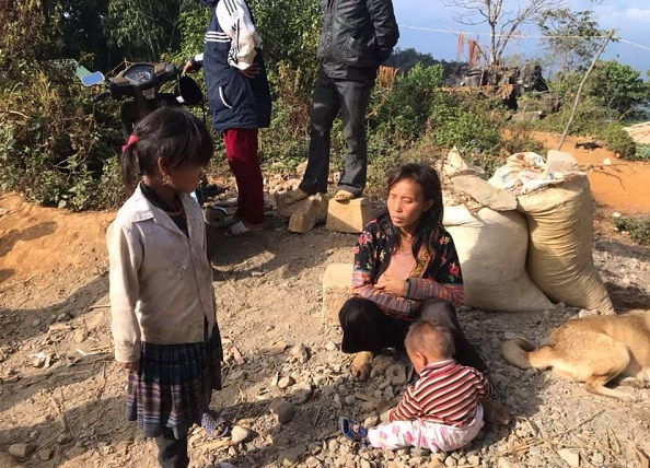 Sùng Thị Sông và các con của mình ở bản Trung Ghênh, nơi lần đầu tiên chị Quyên Phạm nhìn thấy cô ấy.