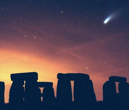 """Sao chổi Hale-Bop quay quanh mặt trời vào năm 1997 và trở thành một trong những sao chổi sáng nhất trong lịch sử. Đó là một """"món quà"""" lâu dài, vì nó có thể được nhìn thấy bằng mắt thường trong hơn 18 tháng (một kỷ lục)."""