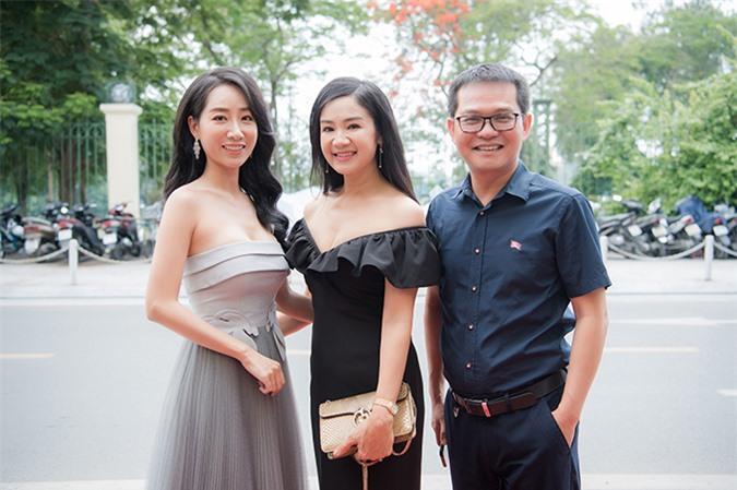 Đi cùng NSND Thu Hà đến chúc mừng Thùy Anh làm bà chủ còn có NSND Trung Hiếu - Giám đốc Nhà hát Kịch Hà Nội. Trung Hiếu nổi tiếng là lãnh đạo tận tình, luôn quan tâm và ủng hộ anh em, cán bộ nhân viên của nhà hát.