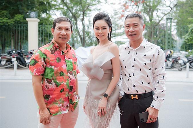 Diễn viên Quang Thắng nổi bật với sơ mi họa tiết khi dự sự kiện. Anh đã về Nhà hát Kịch Hà Nội làm việc từ vài năm nay.