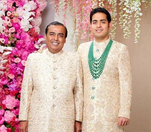 Akash Ambani là con trai cả của tỷ phú Ấn Độ Mukesh Ambani, ông chủ đế chế Reliance Industries và người giàu nhất châu Á với tài sản hơn 53 tỷ USD, theo Forbes. Akash Ambani có cuộc sống xa hoa với thú vui sưu tập siêu xe, giao du với giới giàu và nổi tiếng Ấn Độ cũng như toàn cầu.