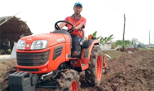 Anh Trần Hữu Chung, Chủ tịch HĐQT, Giám đốc HTX Trường Xuân trực tiếp láy máy cày để chuẩn bị cho vụ trồng rau màu mới (Ảnh:TL)