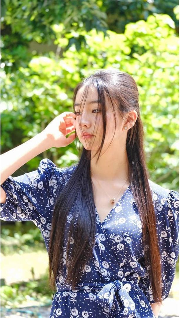 Nàng thơ Nhật Bản tên đầy đủ là Kimura Mitsuki, sinh năm 2003, là người mẫu và nhạc sĩ trẻ đầy triển vọng.