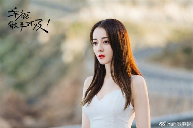 Cả Weibo nức nở vì loạt ảnh Địch Lệ Nhiệt Ba mặc váy cưới: Visual lẫn body đều hoàn mỹ, góc nghiêng quá xuất sắc - Ảnh 2.