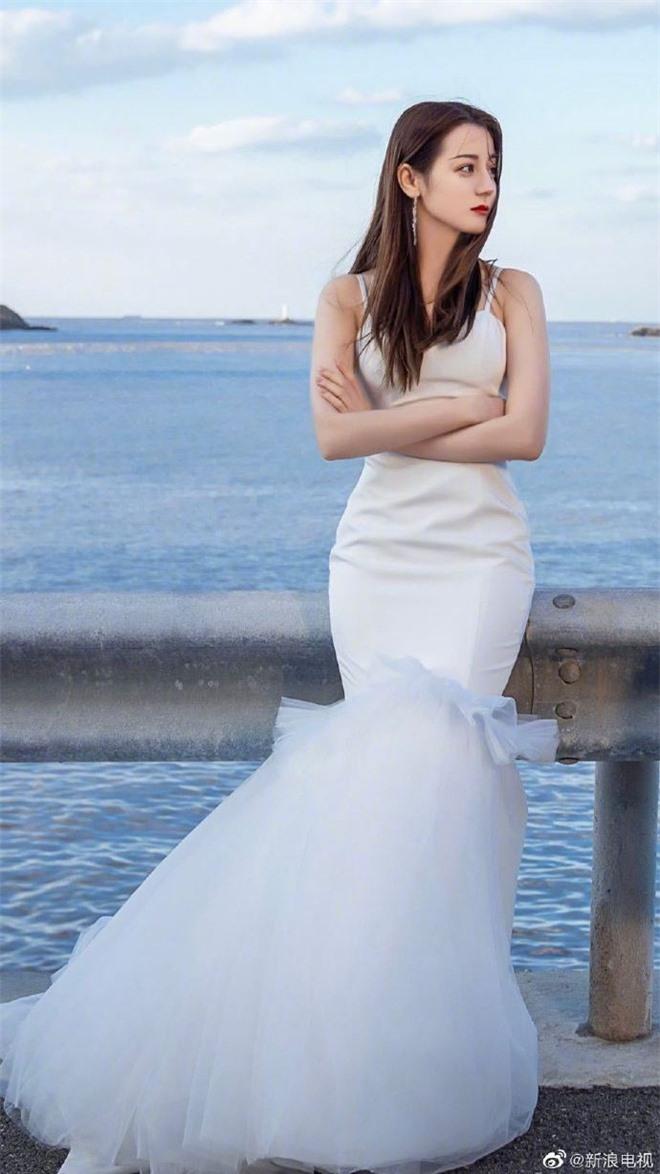 Cả Weibo nức nở vì loạt ảnh Địch Lệ Nhiệt Ba mặc váy cưới: Visual lẫn body đều hoàn mỹ, góc nghiêng quá xuất sắc - Ảnh 5.