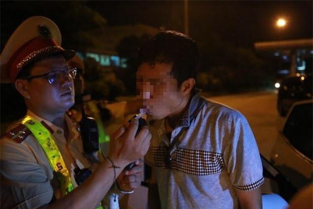 Cảnh sát giao thông phát hiện vụ vận chuyển 14 bánh heroin trên xe khách - 1