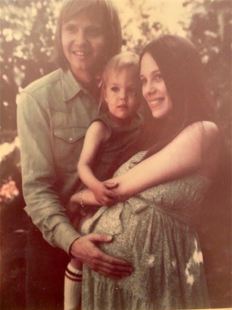 Tiết lộ quá khứ sốc không nhìn mặt cha của Angelina Jolie - Ảnh 2.
