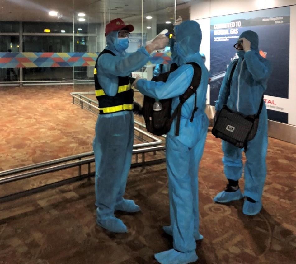 Người dân đều được đo thân nhiệt trước khi lên máy bay.