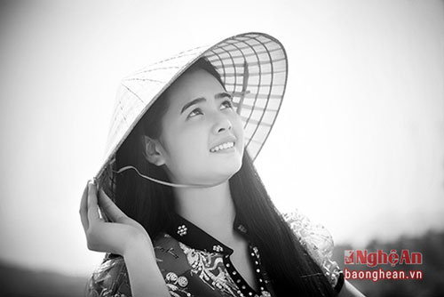 Cô gái này có tên Lương Thị My, là người dân tộc Thái ở xã Châu Tiến (Qùy Châu). My vừa đạt giải Nhất trong cuộc thi người đẹp của Lễ hội Hang Bua. Ảnh: Sách Nguyễn.