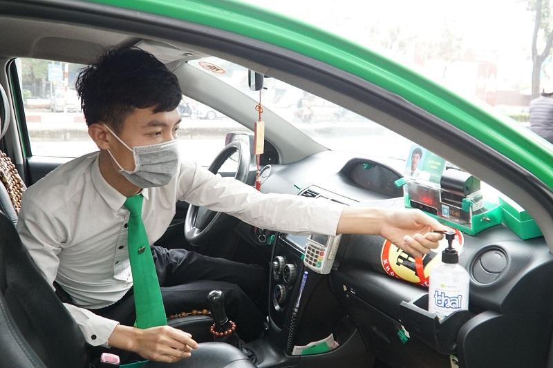 Tập đoàn Mai Linh trang bị đầy đủ khẩu trang, nước rửa tay và phun xịt khử trùng phương tiện trên mỗi xe taxi nhằm đảm bảo an toàn cho lái xe và hành khách khi tham gia giao thông.