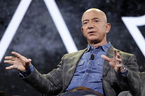 Khối tài sản của tỷ phú Jeff Bezos có thể đạt mức 1.000 tỷ USD vào năm 2026. Ảnh: Reuters.
