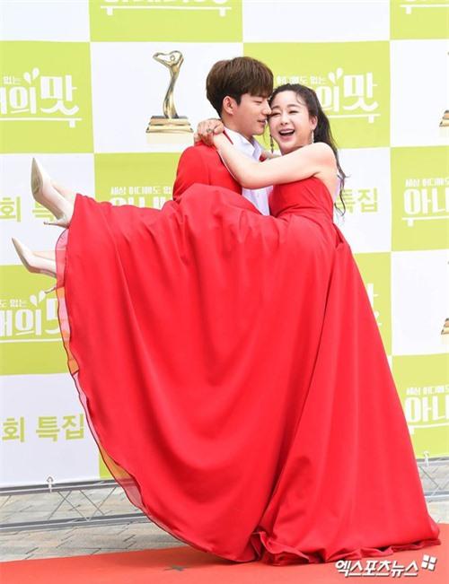 Jin Hua cười vui vẻ khi vận nội công bế bà xã.