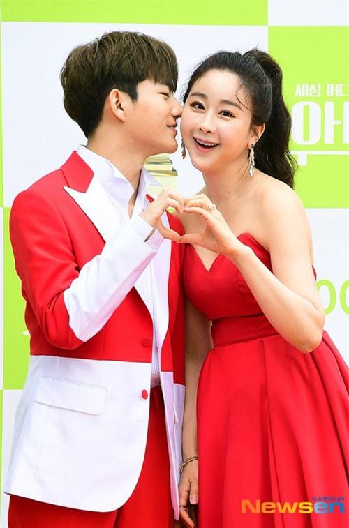 Ham So Won và Jin Hua kết hôn tháng 4/2018, hiện có một con gái hơn 1 tuổi. Em bé được bà nội giúp chăm sóc, nuôi dưỡng. Cuộc sống hôn nhân của cặp đũa lệch trên sóng truyền hình là đề tài quan tâm của nhiều người, do gần gũi với đời sống thực.