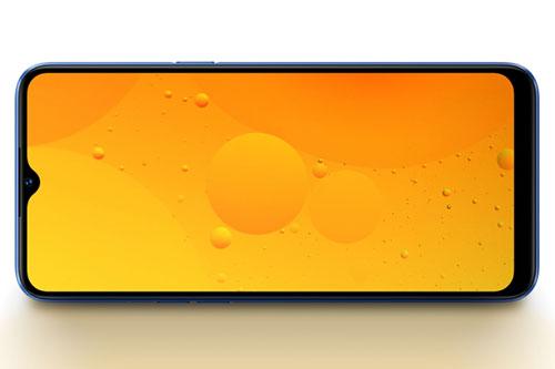 Narzo 10A được trang bị tấm nền màn hình IPS kích thước 6,5 inch, độ phân giải HD Plus (1.600x720 pixel), mật độ điểm ảnh 270 ppi. Màn hình này được chia theo tỷ lệ 20:9, bảo vệ bởi kính cường lực Corning Gorilla Glass 3, độ sáng tối đa 480 nit, chiếm 89,8% diện tích mặt trước.