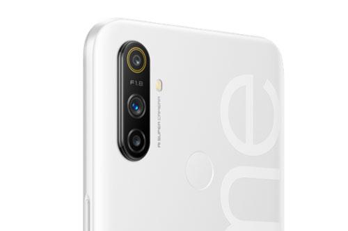 Realme Narzo 10A sở hữu 3 camera sau. Trong đó, cảm biến chính 12 MP, khẩu độ f/1.8 cho khả năng lấy nét theo pha, cảm biến phụ 2 MP, f/2.4 giúp chụp ảnh xoá phông. Ống kính macro 2 MP. Bộ ba này được trang bị đèn flash LED, quay video Full HD.