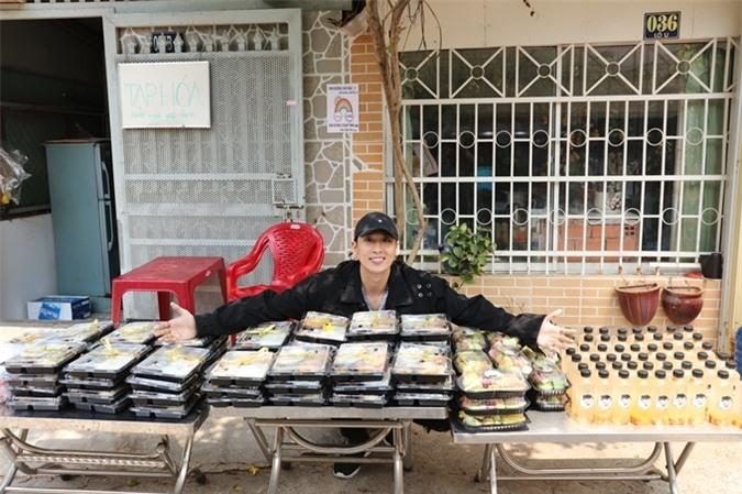 Tuấn Trần khoe 60 phần ăn do người hâm mộ gửi tặng đoàn phim.