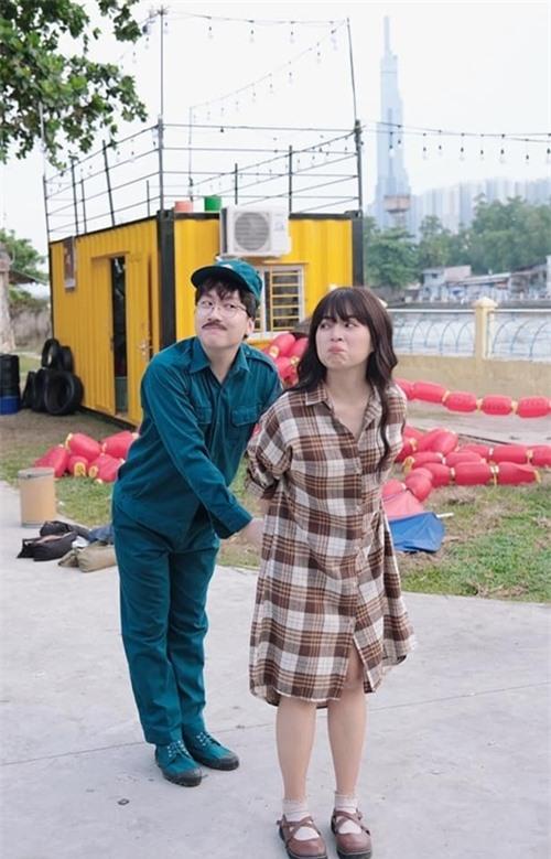 Phát La và Khánh Vân đùa nghịch ở hậu trường phim Xin chào papa.