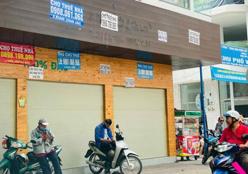Việc nhiều cửa hàng mặt phố vẫn chưa hoạt động trở lại được nhìn nhận là các doanh nghiệp tái cấu trúc lại hoạt động kinh doanh (Ảnh: TL)