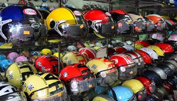 """Thị trường mũ bảo hiểm lên cơn """"sôt"""" - Thương lái đổ xô thu gom mũ bảo hiểm số lượng lớn"""