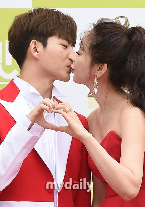 Ham So Won dành cho chồng nụ hôn ngọt ngào, khi cặp đôi sải bước trên thảm đỏ sự kiện hôm 21/5.
