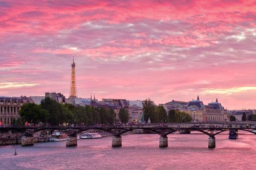 Hoàng hôn kỳ diệu ởParis (Pháp) được ghi lại trên bờ sông Seine, với view hướng ra tháp Eiffel tráng lệ phía xa. Bầu trời, mặt nước và vạn vật ánh hồng, tạo nên khoảnh khắc đẹp nao lòng.