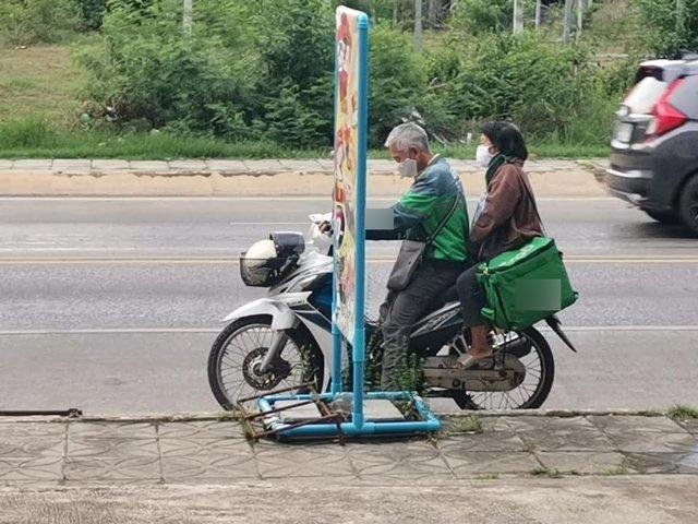 Cặp vợ chồng già miệt mài làm shipper mỗi ngày.