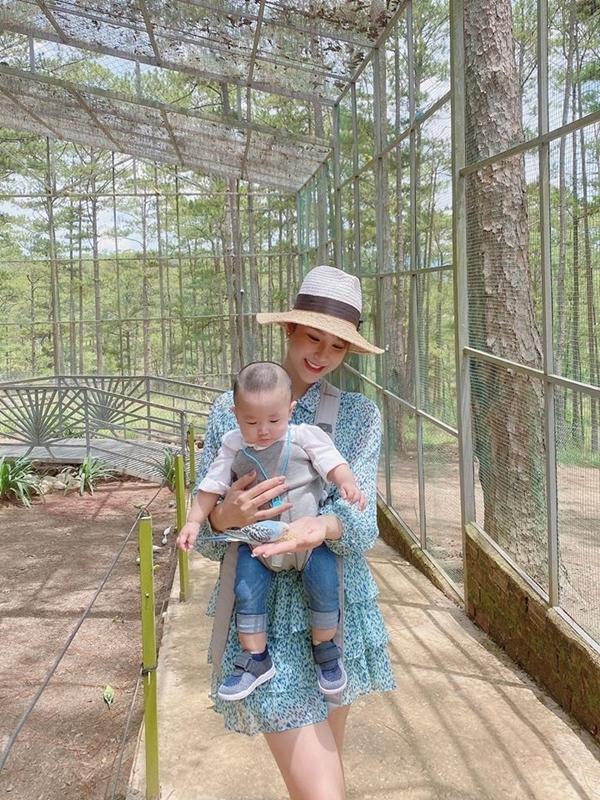 Diệp Lâm Anh đang có chuyến nghỉ dưỡng ở Đà Lạt cùng gia đình. Sau khi sinh con trai thứ hai, dù bận rộn với công việc kinh doanh, nữ diễn viên luôn dành nhiều thời gian rảnh bên cạnh các con.