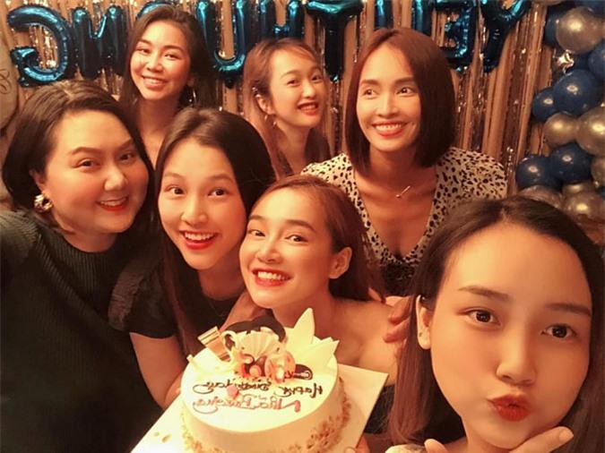 Diễn viên Minh Thảo (trái) và ca sĩ Ái Phương (hàng hai, phải) cũng có mặt tham gia buổi tiệc.