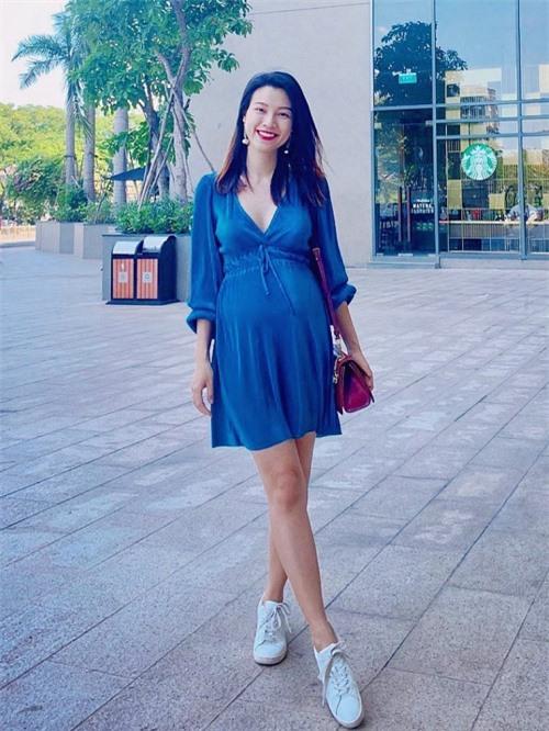 Hiện Hoàng Oanh mang thai ở những tháng cuối nên khó có thể gặp gỡ bạn bè như trước kia. Ông xã Jack của cô kẹt ở Singapore vì dịch Covid-19. Tuy đôi chút chạnh lòng, người đẹp cố gắng chăm sóc sức khoẻ thai nhi và bản thân một cách tốt nhất.