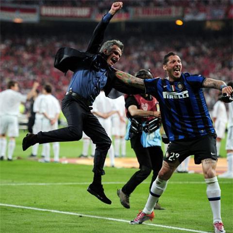 Khoảnh khắc sung sướng vỡ òa của thầy trò HLV Mourinho trong giờ phút đăng quang