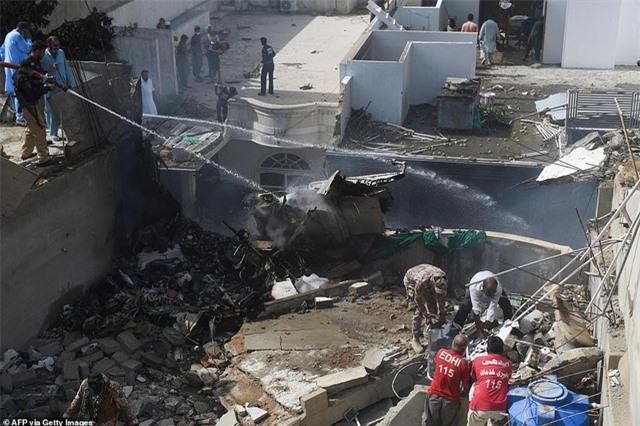 Máy bay Pakistan lao xuống khu dân cư, toàn bộ 107 người thiệt mạng - 9