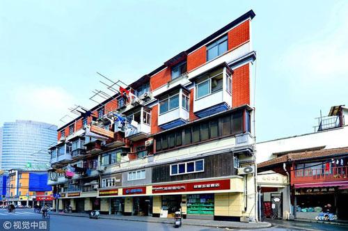 Đây là tòa nhà nằm ở đường Ninh Ba, thành phố Thượng Hải, Trung Quốc. Nếu nhìn ở mặt trước, công trình không có gì khác biệt. Nhưng nếu đứng ở góc chếch, du khách sẽ thấy tòa nhà mỏng dính.