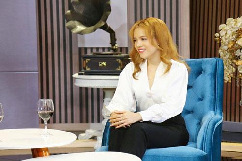 Nữ nghệ sĩ múa lửa Mỹ Kim trên sóng truyền hình.