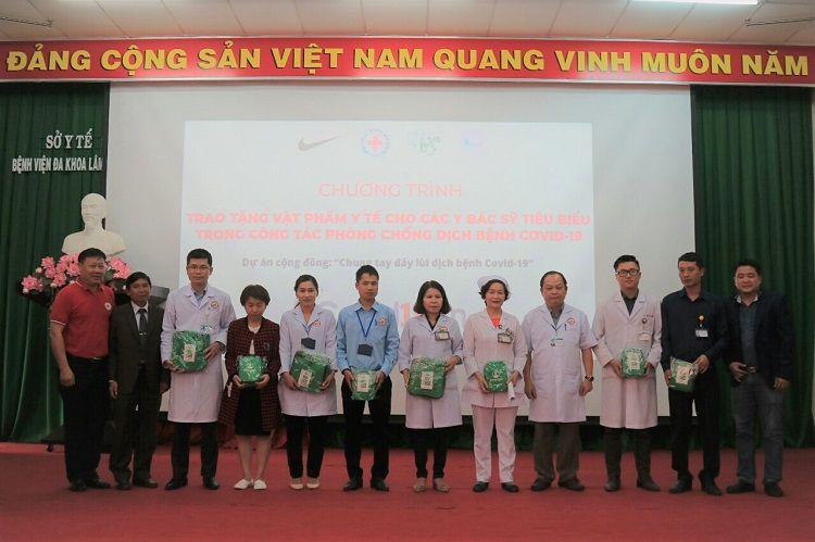 Nhà tài trợ và các đơn vị đồng hành trao tặng vật phẩm y tế cho các y bác sĩ tiêu biểu trong phòng chống dịch Covid-19 tại Bệnh viện Đa khoa Lâm Đồng