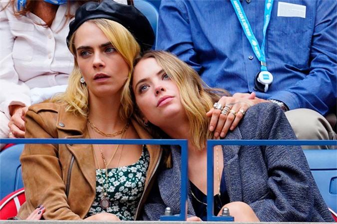Người mẫu - diễn viên Cara Delevingne và ngôi sao Pretty Little Liars Ashley Benson kết thúc mối tình đồng giới kéo dài hai năm hồi tháng 4. Mối quan hệ của Cara và Ashley vốn có nhiều lúc thăng trầm nhưng giờ đây nó đã tan vỡ thực sự, nguồn tin chia sẻ trên tạp chí People. Hai người đẹp gắn bó từ năm 2018 và từng sống chung nhà tại Los Angeles.