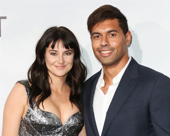 Người đẹp phim Dị biệt Shailene Woodley kết thúc mối tình ba năm với cầu thủ bóng bầu dục Ben Volavola vào tháng tư. Shailene cho biết, cô là người chủ động chia tay vì chưa muốn kết hôn và có con tại thời điểm này.
