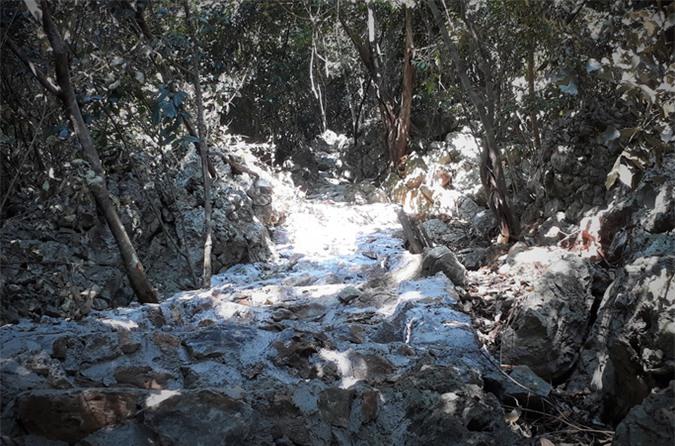 Rợn người khám phá hang quan tài kỳ bí treo lưng chừng núi - Ảnh 3.